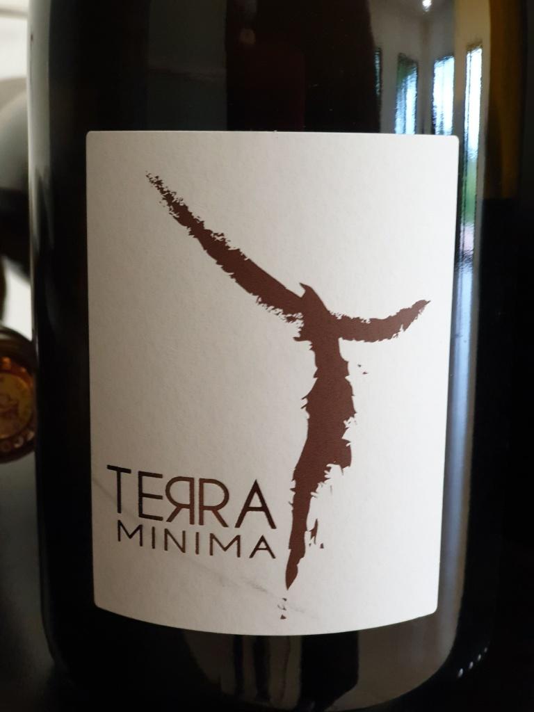 Terra Minima, c'est un mot italien, ça signifie les petites terres, comme les terres blanches sur les quelles se trouvent les vignes. Semillon et muscat d'Hambourg. Peps et équilibre pour ce blanc de plaisir!